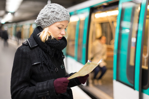 Lady waiting on subway station platform.の写真素材 [FYI00756731]