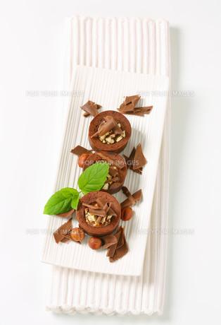 Mini chocolate hazelnut cakesの写真素材 [FYI00756842]