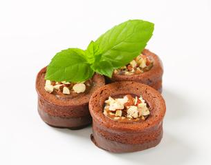 Mini chocolate hazelnut cakesの写真素材 [FYI00756844]