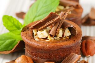 Mini chocolate hazelnut cakesの写真素材 [FYI00756848]