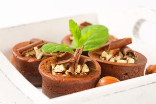 Mini chocolate hazelnut cakesの写真素材 [FYI00756850]