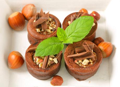 Mini chocolate hazelnut cakesの写真素材 [FYI00756851]