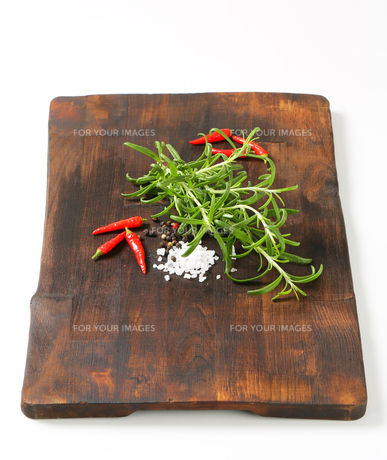 Rosemary, peppercorns and red chili peppersの写真素材 [FYI00756852]