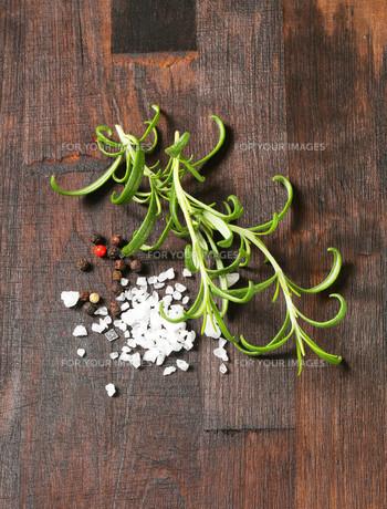 Rosemary, peppercorns and sea saltの写真素材 [FYI00756857]