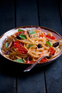 Pasta With Tomatoes And Olivesの写真素材 [FYI00756995]