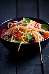 Pasta With Fresh Tomatoes And Olivesの写真素材 [FYI00757000]