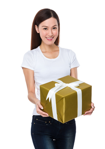 Woman hold with present boxの写真素材 [FYI00757273]