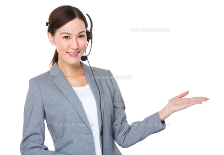 Customer services consultant with hand presentationの写真素材 [FYI00757287]