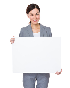 Businesswoman showing the white posterの写真素材 [FYI00757295]