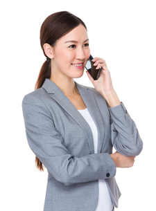 Young businesswoman talk mobile phoneの写真素材 [FYI00757298]