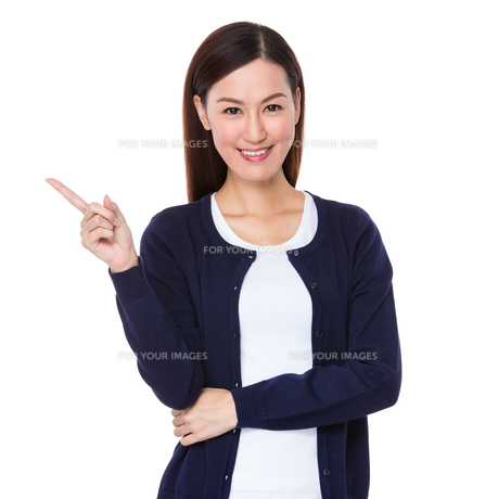 Asian woman showing finger upの素材 [FYI00757299]