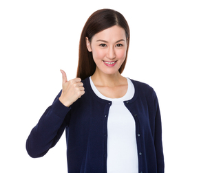 Young woman showing thumb upの写真素材 [FYI00757302]