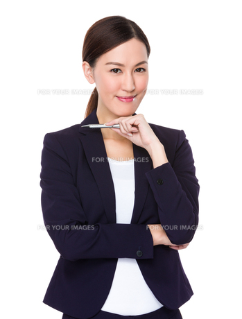 Confident Businesswoman holding a penの写真素材 [FYI00757325]
