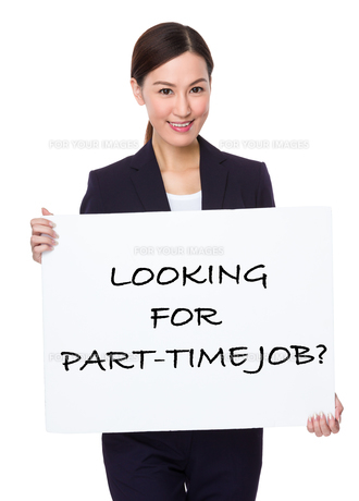 Businesswoman hold with a board showing phrase of looking for part-time jobの写真素材 [FYI00757327]