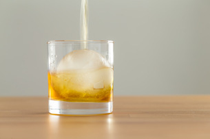 Whiskey flow in a glassの写真素材 [FYI00757462]