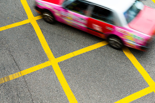 Blurred picture of Taxi speeding up in Hong Kongの写真素材 [FYI00757500]