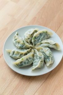 Chinese dumpling on white plateの写真素材 [FYI00757515]