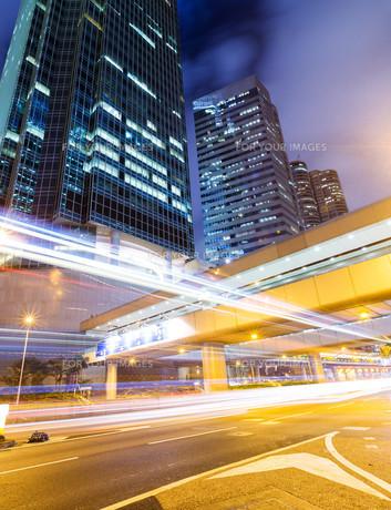 Traffic in Hong Kong city at nightの写真素材 [FYI00757530]