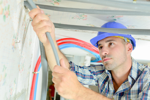 Electrician wiring a new houseの写真素材 [FYI00757562]