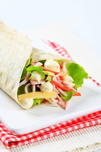 Ham and cheese salad wrapの写真素材 [FYI00757733]