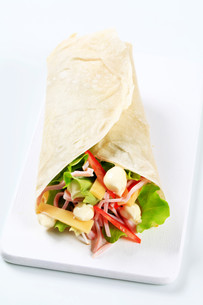 Ham and cheese salad wrapの写真素材 [FYI00757744]