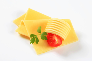 Sliced cheese and butterの写真素材 [FYI00757783]