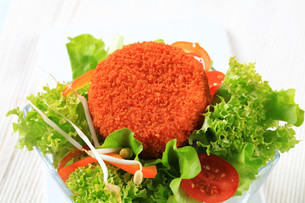 Green salad with fried cheeseの写真素材 [FYI00757785]
