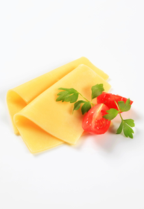 Sliced cheese and tomato wedgesの写真素材 [FYI00757799]