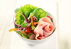 Fresh salad with hamの写真素材 [FYI00757802]