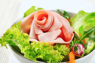 Fresh salad with slices of hamの写真素材 [FYI00757804]