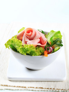 Fresh salad with hamの写真素材 [FYI00757814]