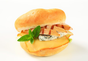 Chicken and cheese sandwichの写真素材 [FYI00757824]