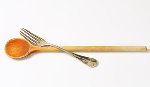 Wooden spoon and metal forkの写真素材 [FYI00757875]