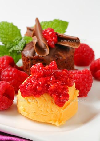 Mini chocolate cake with fresh raspberries and ice creamの写真素材 [FYI00757928]