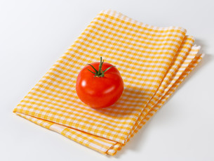 Checked tea towel and red tomatoの写真素材 [FYI00757966]