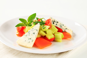 Vegetable salad with blue cheeseの写真素材 [FYI00757971]