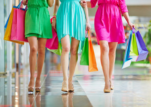 Shopping in the mallの写真素材 [FYI00757989]