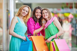 Cheerful shoppersの写真素材 [FYI00757990]