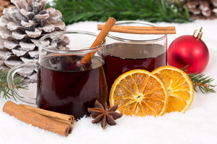 mulled wine at christmas in winter drink alcohol decoration with snowの写真素材 [FYI00758057]