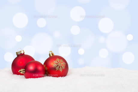 red christmas balls christmas decoration background with snowの素材 [FYI00758059]