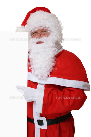 santa claus at christmas shows on blank sign with copy spaceの写真素材 [FYI00758063]