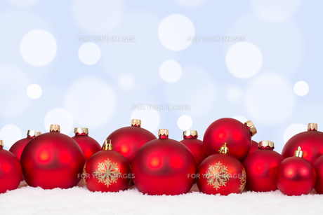 christmas card motif many red christmas balls with copy spaceの素材 [FYI00758064]