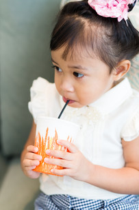 Little girl drinking at homeの写真素材 [FYI00758102]