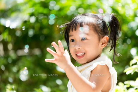 Excited girl play with bubble blowerの写真素材 [FYI00758104]