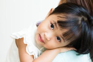 Girl on mother shoulderの写真素材 [FYI00758119]