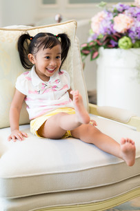 Excited girl play at homeの写真素材 [FYI00758127]