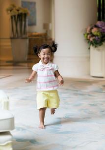 Excited girl runningの写真素材 [FYI00758128]