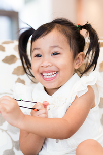 Excited little girl play with otherの写真素材 [FYI00758130]