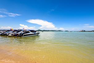 Beach harbor area at Ao Chalong Bay in Phuket, Thailandの写真素材 [FYI00758183]