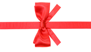 real red bow with square cut ends on silk ribbonの写真素材 [FYI00758184]